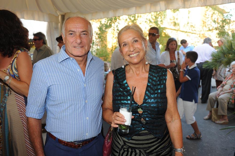 Forte dei Marmi  19 luglio 20009  festa e sfilata Bulgari da Cassetti  Vittorio Sanguineti e Carla Tolomeo