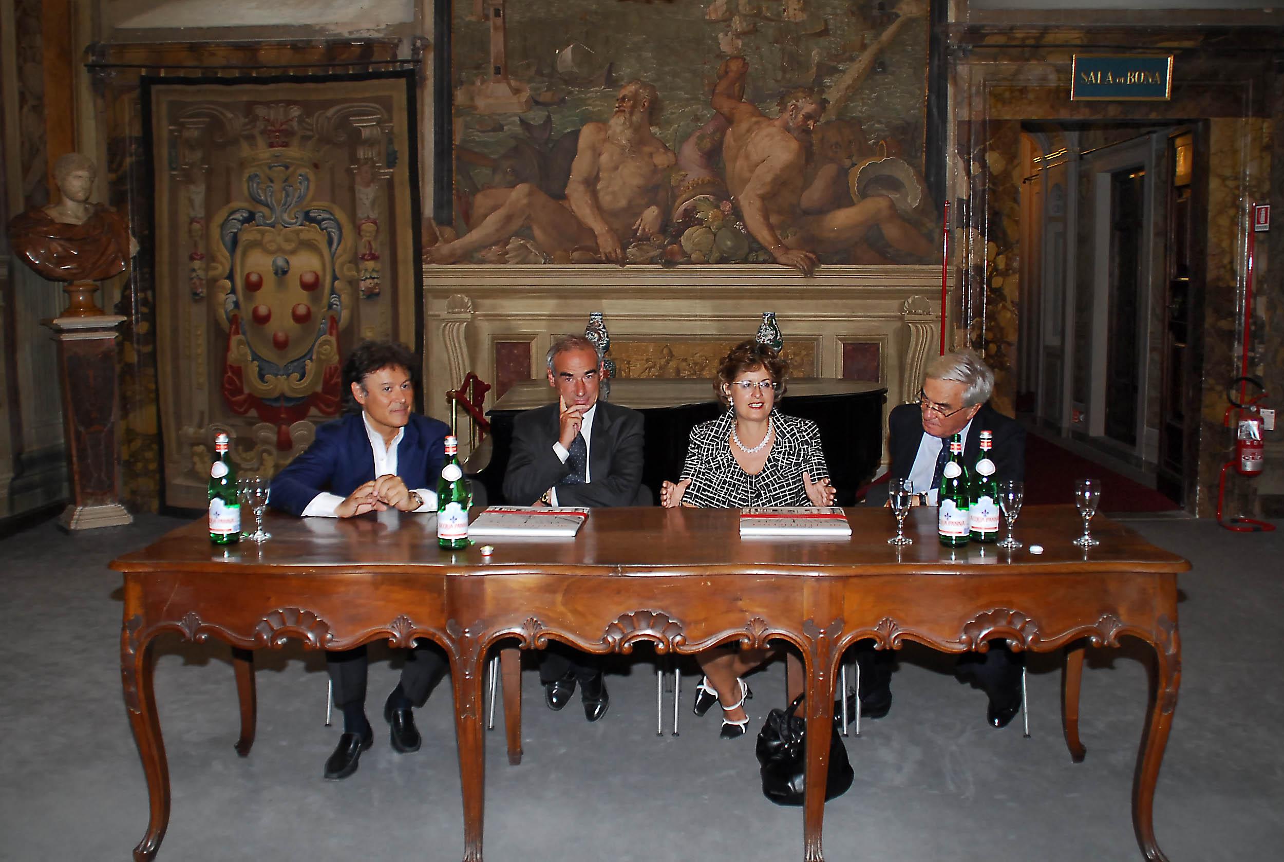 PRESSPHOTO  Firenze, Palazzo Pitti Galleria Palatina, mostra fotografica di Massimo Listri. Nella foto da sx Massimo Listri, Alessandro Cecchi, Cristina Acidini e Umberto Allemandi