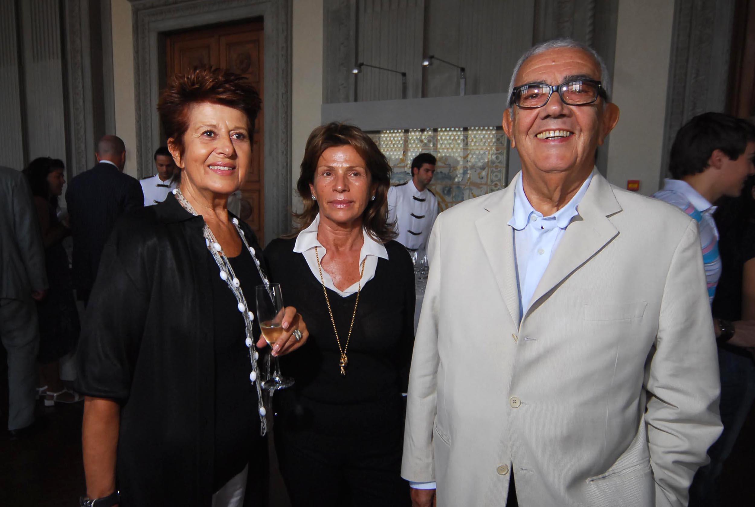 PRESSPHOTO  Firenze, Palazzo Pitti Galleria Palatina, mostra fotografica di Massimo Listri. Nella foto Anna Maria Vrajnes con Anna e Luigi Federici