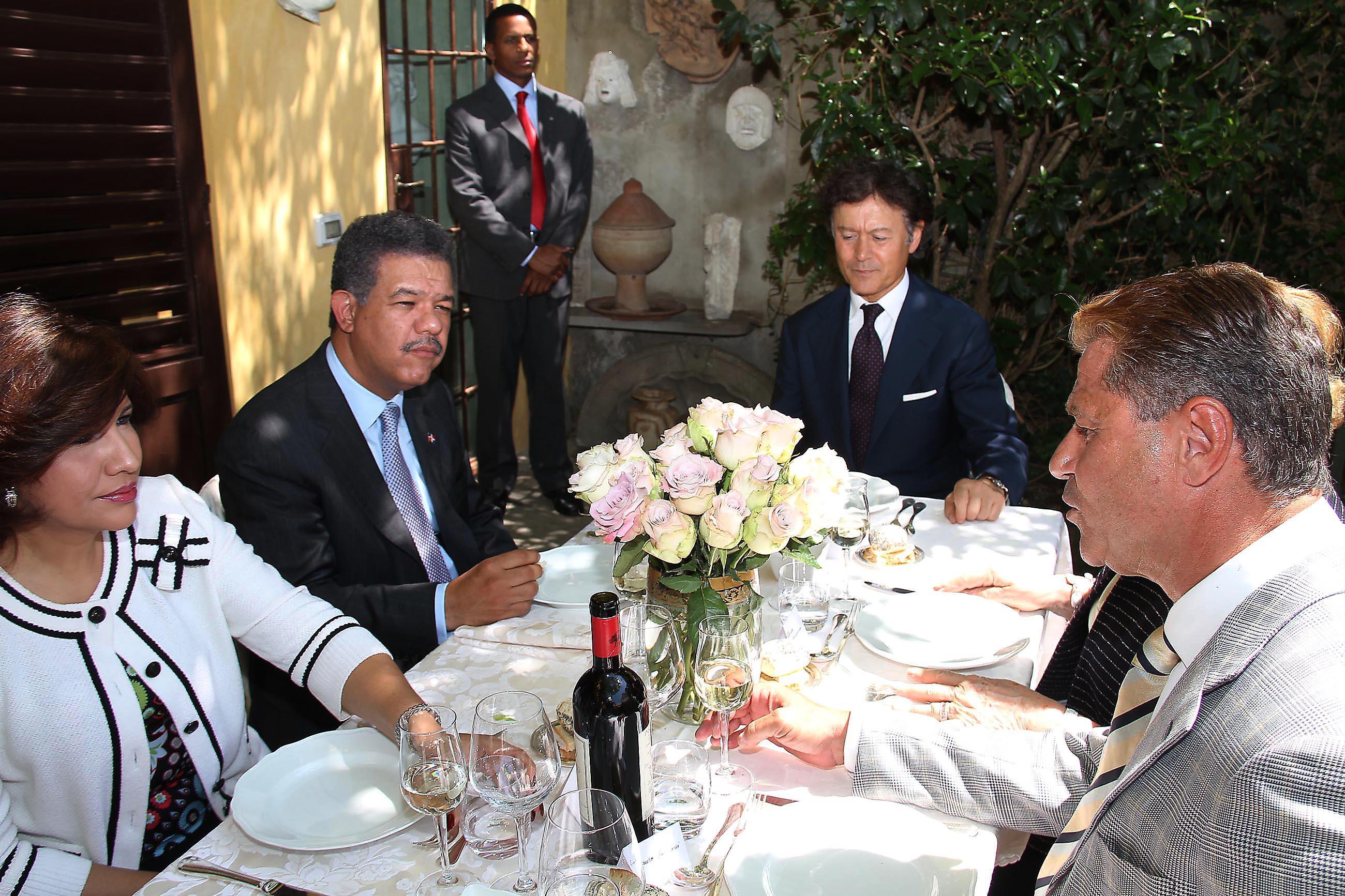 PRESSPHOTO Firenze, pranzo privato in casa di Massimo Listri in occasione della visita del presidente della Rep. Dominicana Leonel Fernandez. In foto il Presidente Fernandez al tavolo con la moglie, Massimo Listri e Mauro Torriani
